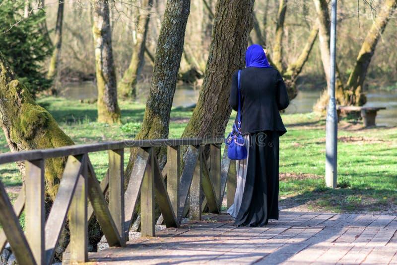 Godere musulmano della donna all'aperto immagini stock