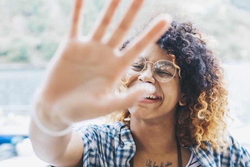 Godere sorridente della ragazza immagini stock