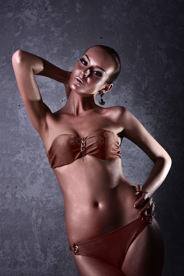 godimento Donna lucida con body art dorato glamor fotografie stock libere da diritti