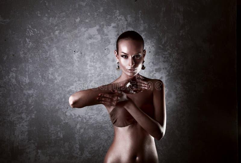 godimento Donna lucida con body art dorato glamor immagini stock libere da diritti