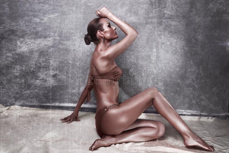 godimento Donna lucida con body art dorato glamor fotografia stock libera da diritti