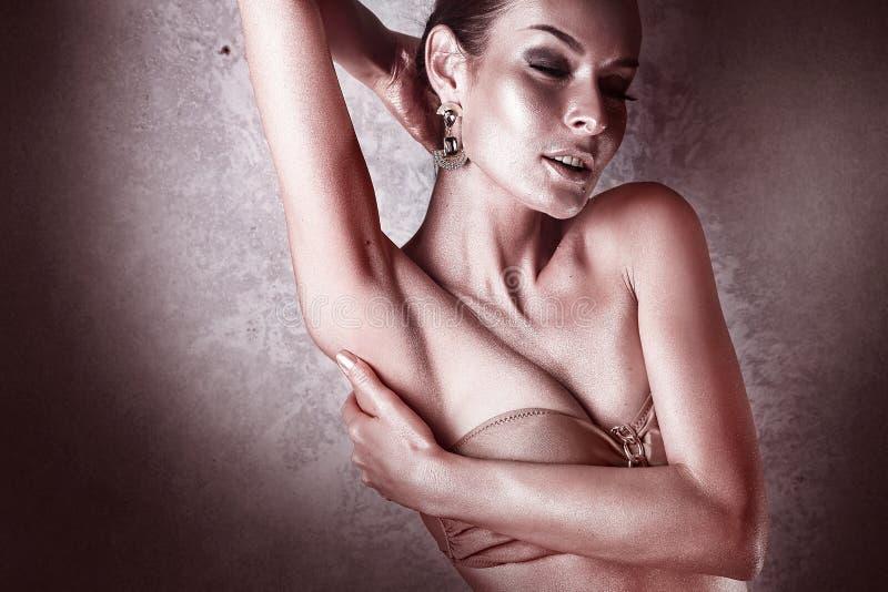 godimento Donna lucida con body art dorato glamor immagine stock libera da diritti