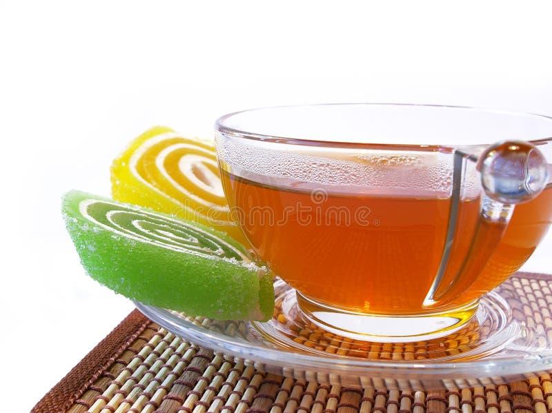 godis färgad varm mång- tea för koppfrukt royaltyfri bild