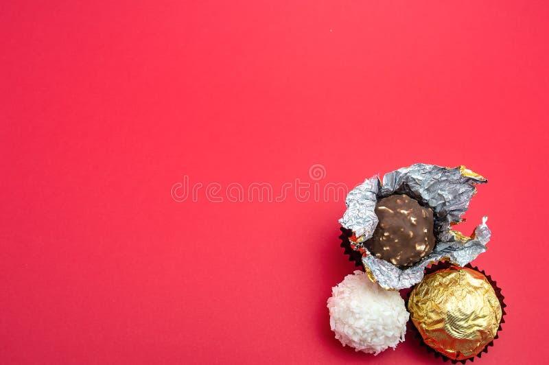 Godis på den röda vykortet för jul för nytt år för muttrar för en bakgrund och för kokosnötkräm arkivbilder