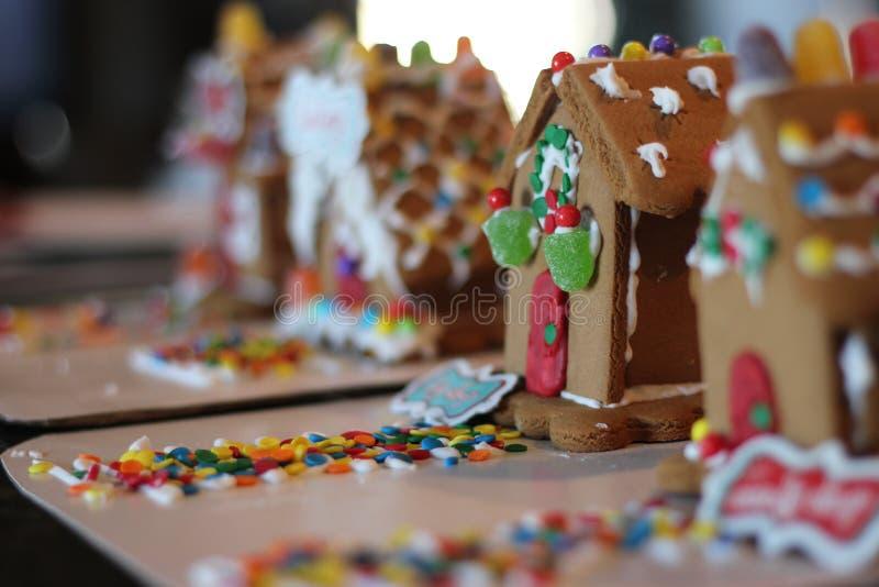 Godisen för pepparkakahus dekorerade i rad åtskilliga hus fotografering för bildbyråer