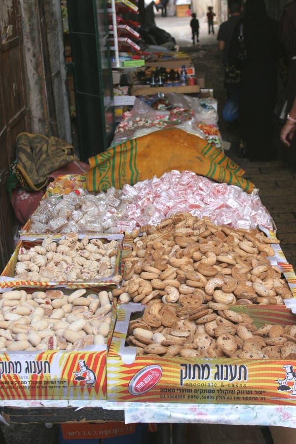 Godisen shoppar i souqen av den muslimska fjärdedelen, Jerusalem royaltyfri fotografi