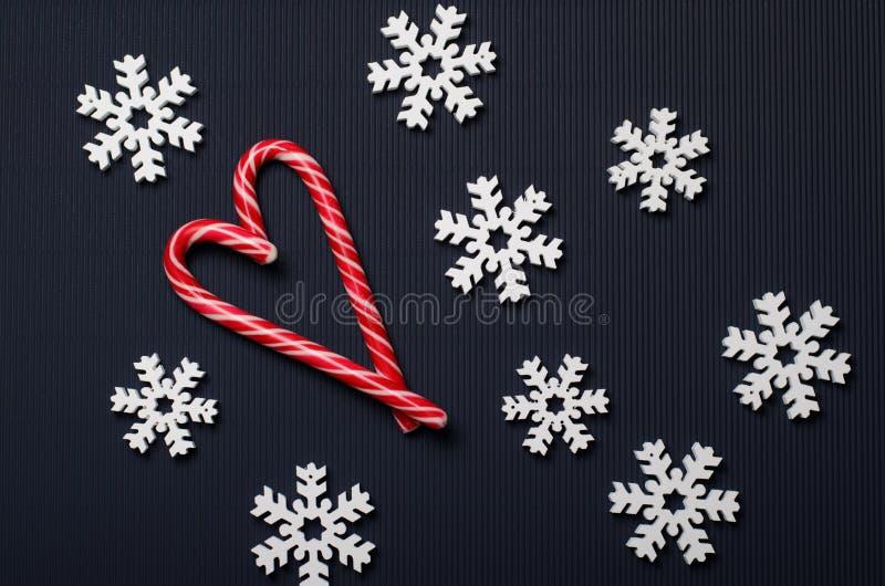 Godisrottingar Hjärta-formade och träsnöflingor på blå bakgrund, den bästa sikten, julbegrepp royaltyfri fotografi