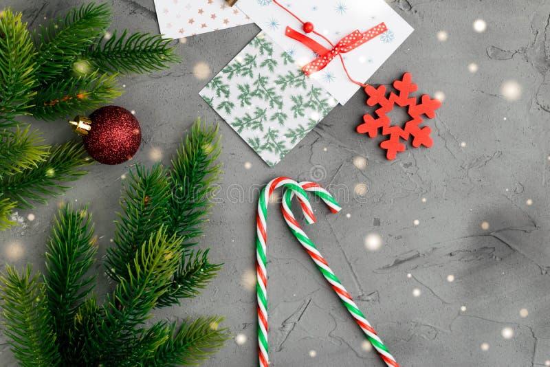 Godisrottingar lägger framlänges på vit träbakgrund nytt år för julgarnering Utrymme för text fotografering för bildbyråer