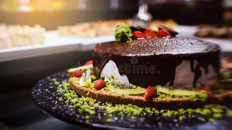 Godisstång Efterrätttabell för ett parti Ombre kaka, muffin fotografering för bildbyråer