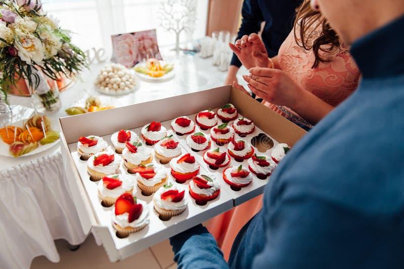 Godisstång Gifta sig tabellen med sötsaker, muffin arkivbilder