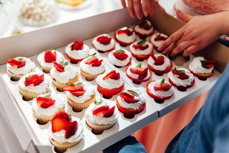 Godisstång Gifta sig tabellen med sötsaker, muffin arkivfoton