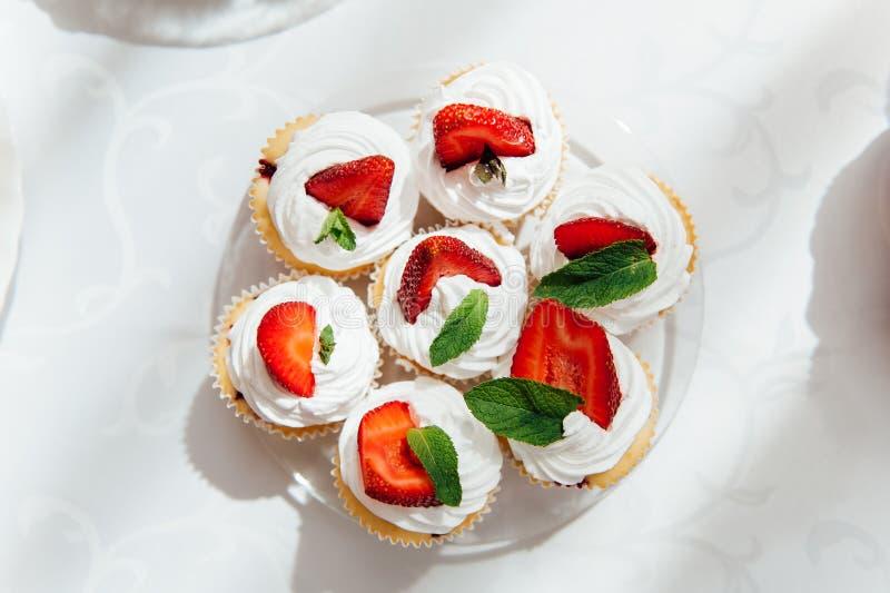 Godisstång Gifta sig tabellen med sötsaker, muffin royaltyfri fotografi