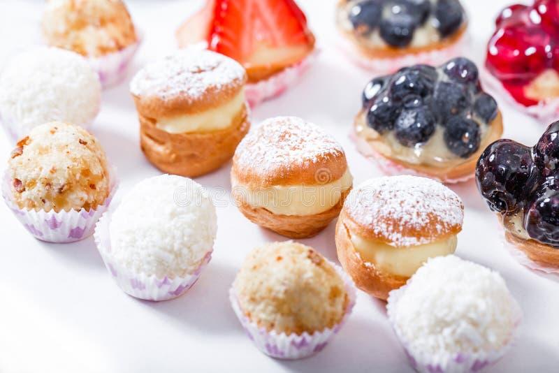 Godisstång Tabell för bröllopmottagande med sötsaker royaltyfria foton