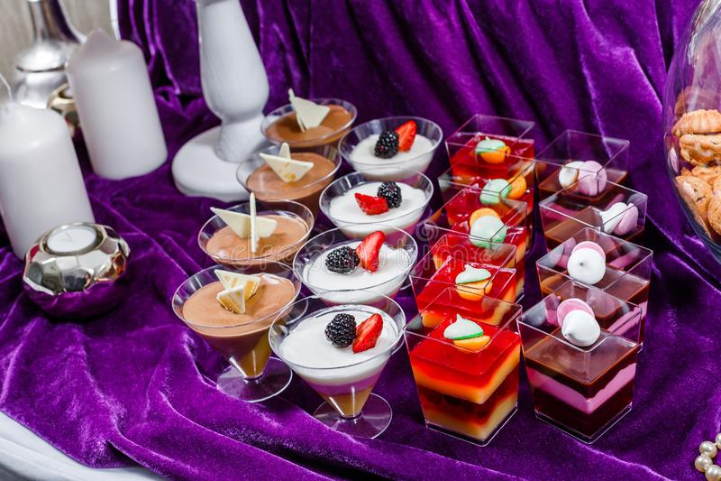 Godisstång Tabell för bröllopmottagande med sötsaker, godisar, efterrätt arkivbild