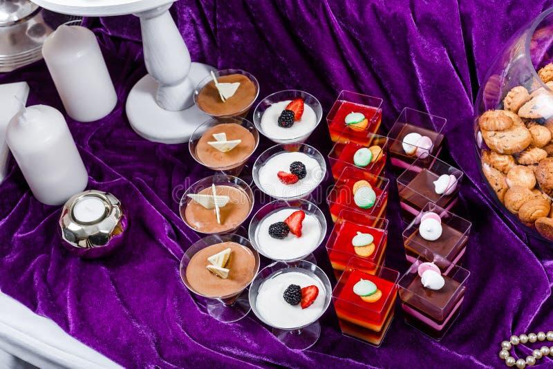 Godisstång Tabell för bröllopmottagande med sötsaker, godisar, efterrätt royaltyfri foto