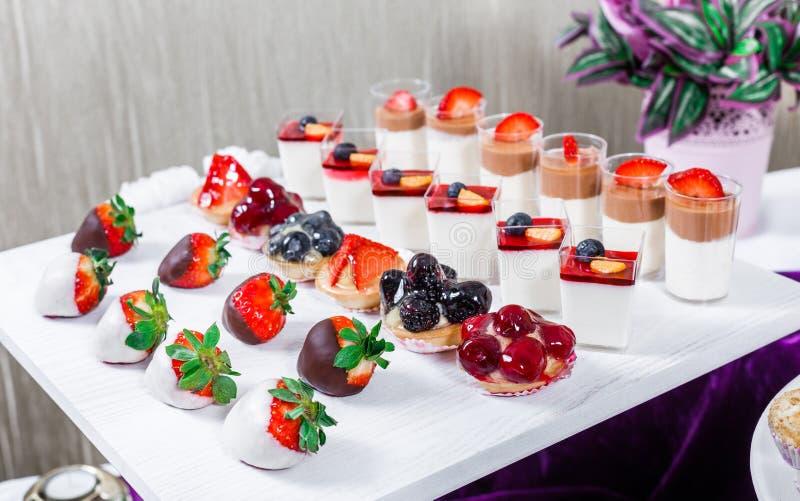 Godisstång Tabell för bröllopmottagande med sötsaker, godisar, efterrätt royaltyfria bilder