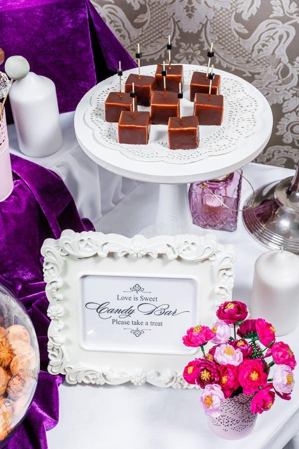 Godisstång Tabell för bröllopmottagande med sötsaker, godisar, efterrätt royaltyfri fotografi