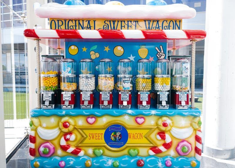 Godisvagnen, liten push-vagnen stil täckte vagnen som säljer godisen, choklader, kakor och andra sötsaker fotografering för bildbyråer