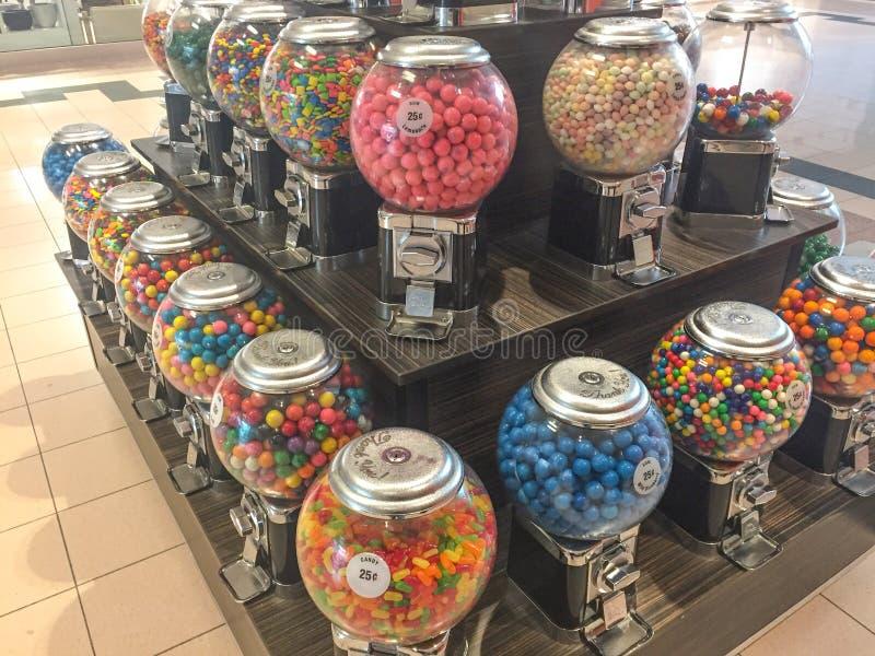 Godisvaruautomater i generisk shoppinggalleria royaltyfria foton