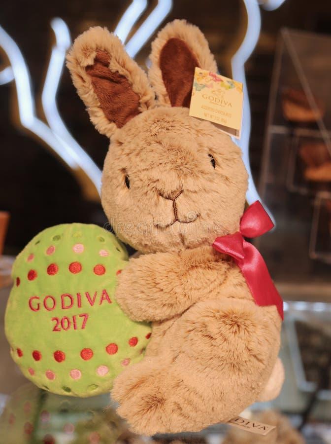 ` Godiva Chocolatiers Limited†Ausgaben-Plüsch-Häschen 2017 auf Anzeige in Macy-` s Herald Square stockfotografie