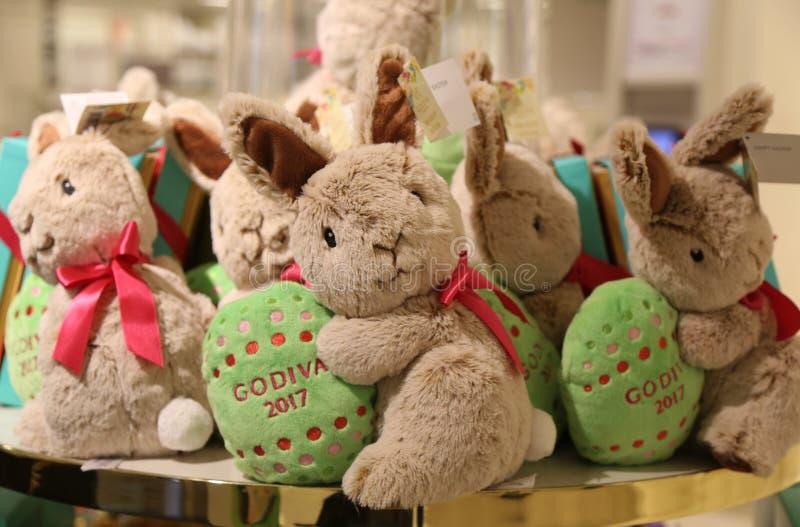 ` Godiva Chocolatiers Limited†Ausgaben-Plüsch-Häschen 2017 auf Anzeige in Macy-` s Herald Square lizenzfreies stockbild