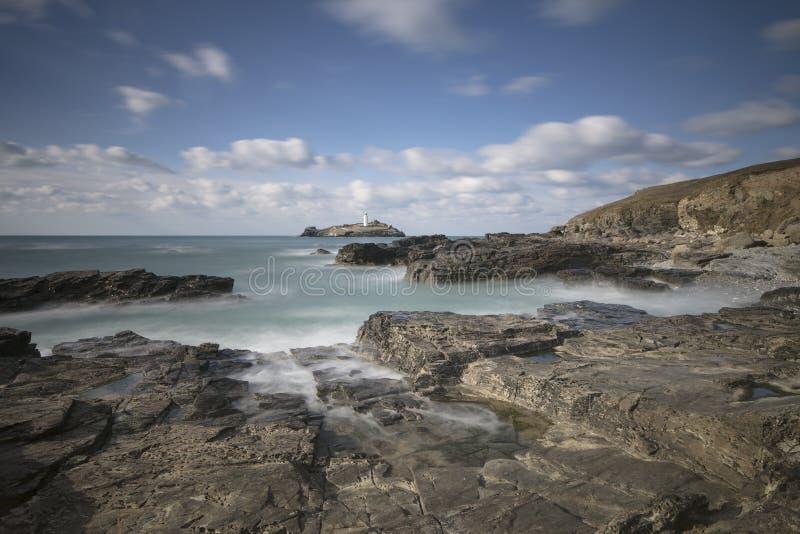 Godrevy-Leuchtturm auf Godrevy-Insel in St. Ives Bay mit dem Strand und Felsen im Vordergrund, Cornwall Großbritannien lizenzfreie stockfotografie