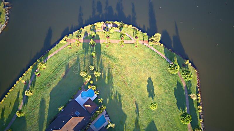 Gods för hus för område för lek för ParklandGold Coast gräs bredvid ön för Coomera flodhopp, arkivbilder