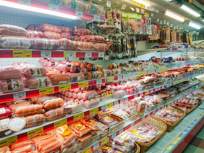 Gods på hyllan av en livsmedelsbutik Meat- och korvprodukter arkivfoton