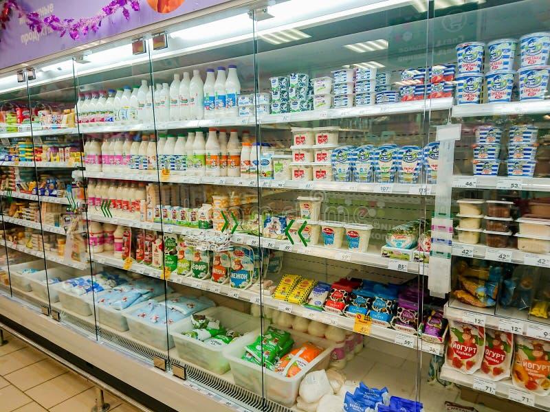 Gods på hyllan av en livsmedelsbutik Olika mejeriprodukter royaltyfria bilder