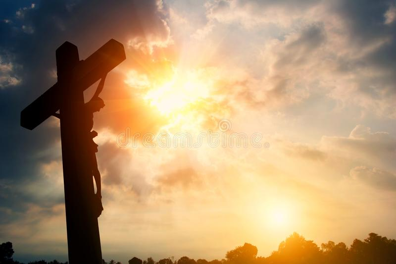 Godsdienstig dwarssilhouet tegen een hemel van de bochtenzonsopgang stock foto's