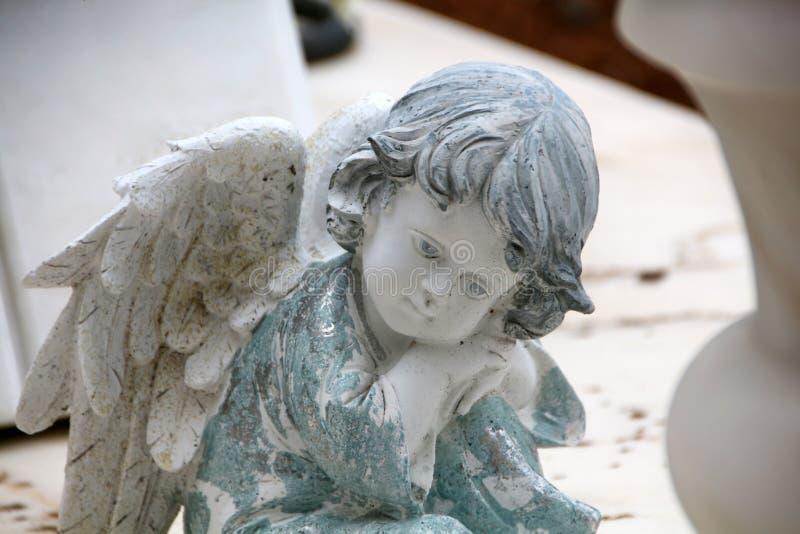 godsdienstig standbeeld in begraafplaats stock foto