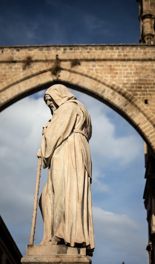 Godsdienstig standbeeld met een kap Palermo royalty-vrije stock afbeeldingen