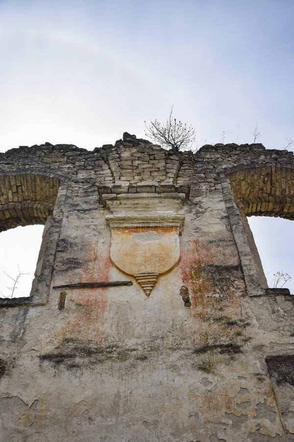 Godsdienstig symbool Ruïnes van een oude synagoge met overspannen vensters, tegen de blauwe hemel Textuur oud dilapidated metselw stock afbeeldingen