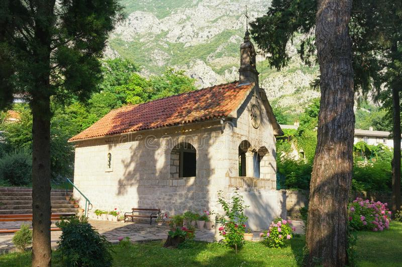 Godsdienstige architectuur Montenegro, Risan-stad, Kerk van St Michael de Aartsengel stock afbeeldingen