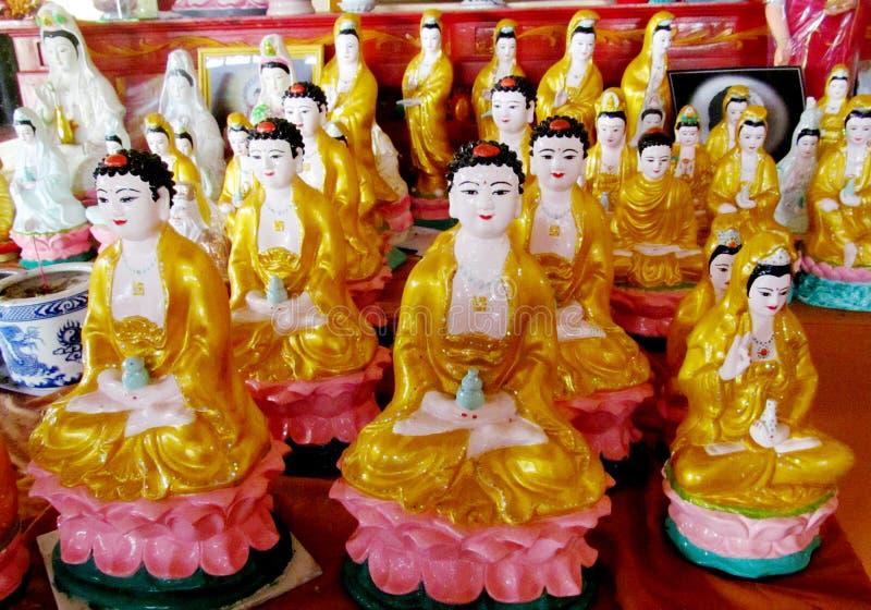 Godsdienstige Aziatische standbeelden in een tempel stock foto's