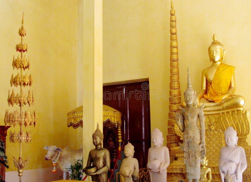 Godsdienstige Aziatische standbeelden in een tempel royalty-vrije stock afbeeldingen