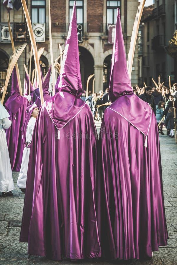 Godsdienstige brotherhoods die in een optocht in viering van Pasen in het historische centrum van de Zamora stad, Spanje paradere stock afbeelding