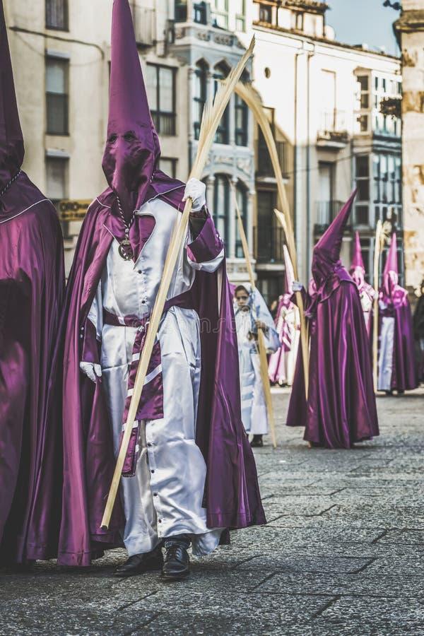 Godsdienstige brotherhoods die in een optocht in viering van Pasen in het historische centrum van de Zamora stad, Spanje paradere royalty-vrije stock fotografie
