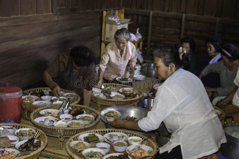 Godsdienstige ceremonies en ordening van mensen aan een monnik van Thailand Isaan stock afbeeldingen