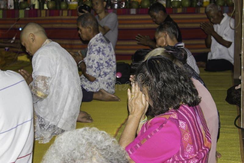 Godsdienstige ceremonies en ordening van mensen aan een monnik van Thailand Isaan royalty-vrije stock foto's