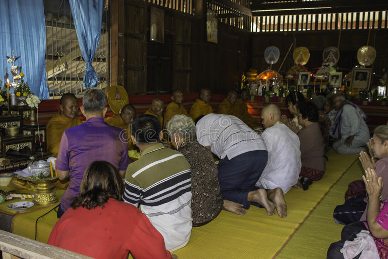 Godsdienstige ceremonies en ordening van mensen aan een monnik van Thailand Isaan stock foto