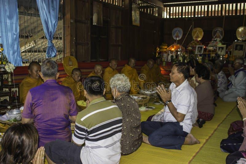 Godsdienstige ceremonies en ordening van mensen aan een monnik van Thailand Isaan stock fotografie