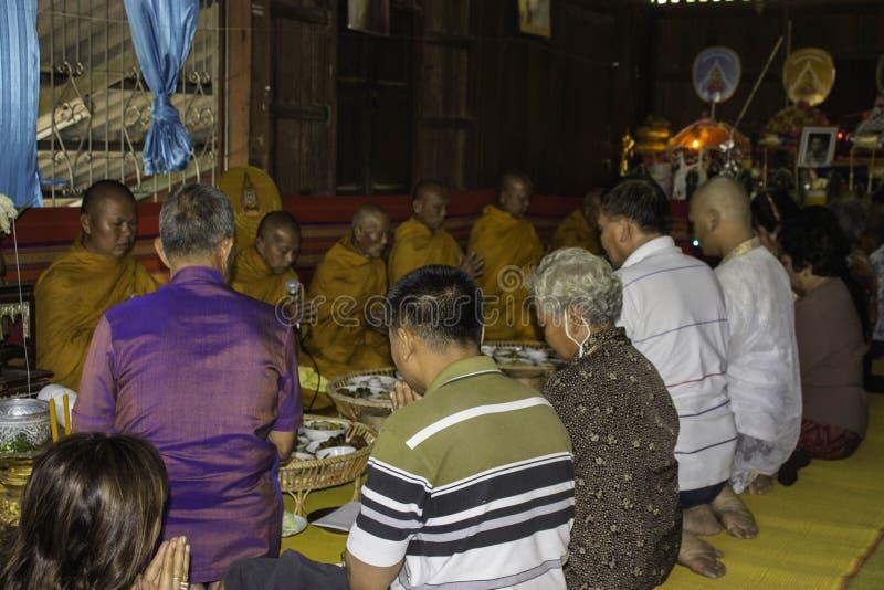 Godsdienstige ceremonies en ordening van mensen aan een monnik van Thailand Isaan royalty-vrije stock fotografie