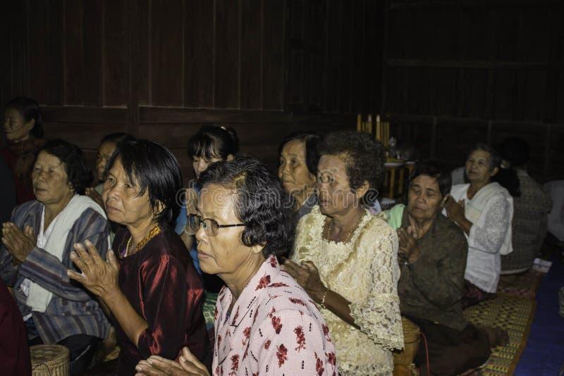 Godsdienstige ceremonies en ordening van mensen aan een monnik van Thailand Isaan stock foto's