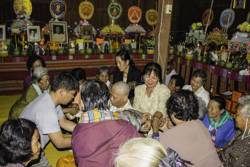 Godsdienstige ceremonies en ordening van mensen aan een monnik van Thailand Isaan royalty-vrije stock foto