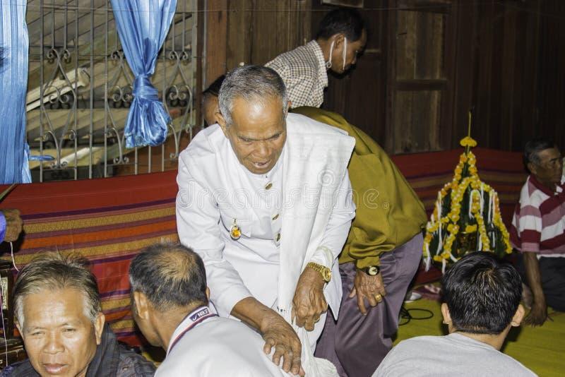Godsdienstige ceremonies en ordening van mensen aan een monnik van Thailand Isaan royalty-vrije stock afbeelding