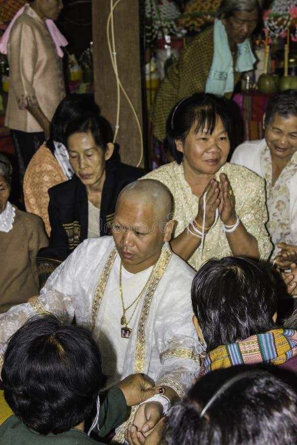 Godsdienstige ceremonies en ordening van mensen aan een monnik van Thailand Isaan royalty-vrije stock afbeeldingen