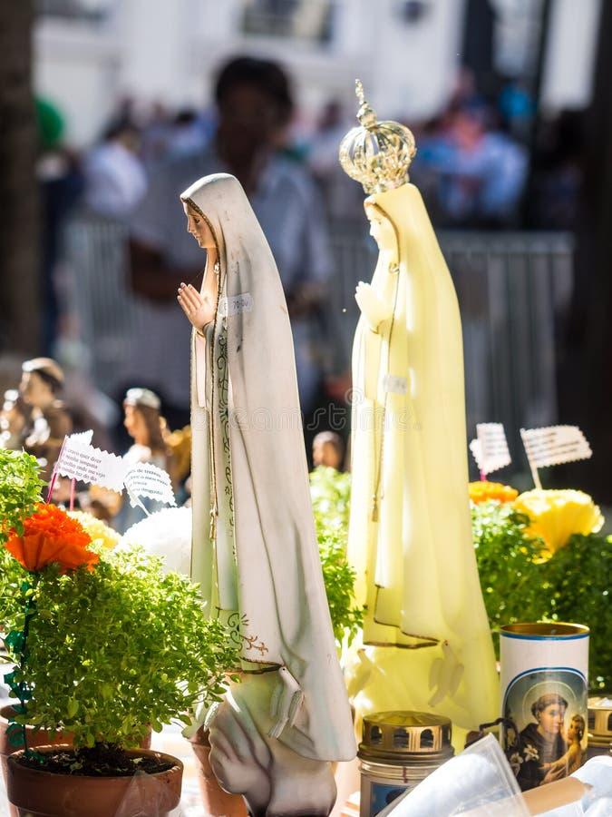 Godsdienstige die artikelen op de markt in fron van Heilige Anthony worden verkocht royalty-vrije stock afbeeldingen