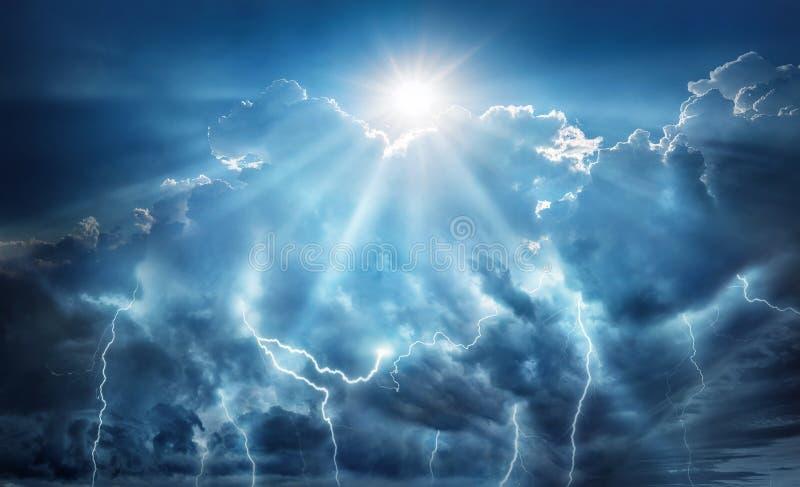 Godsdienstige en wetenschappelijke apocalyptische achtergrond Donkere hemel met bliksem en donkere wolken met de Zon die redding  stock afbeelding