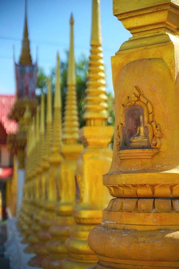 Godsdienstige gebouwen in Thailand, blauwe achtergrond stock afbeelding